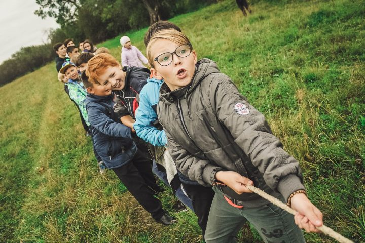 Lapsia köydenvedossa.